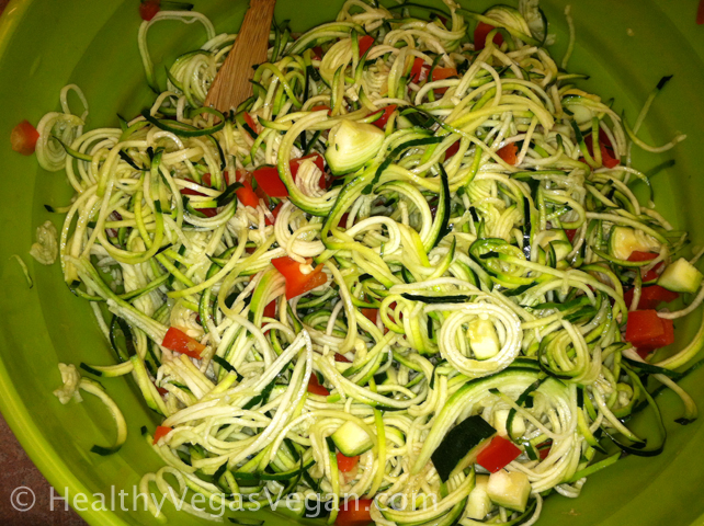 Zucchini pasta with bell pepper and lemon